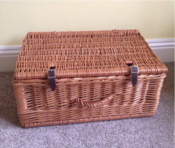 Wicker hamper basket with lid and leather straps united for Furniture kingdom benfleet