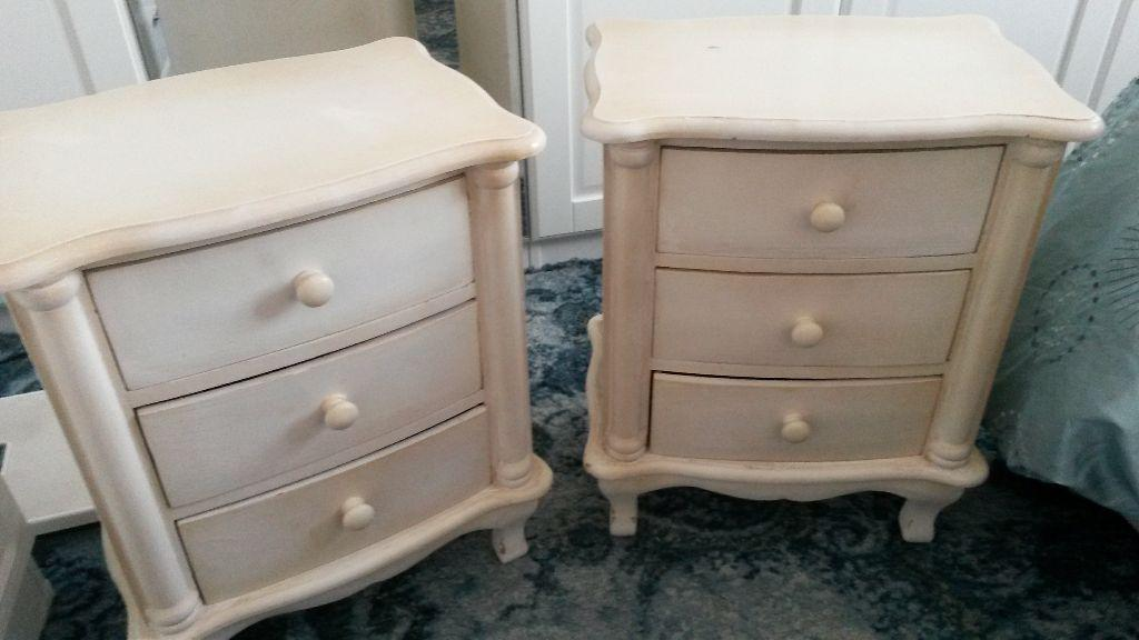 PAIR OF SHABBY CHIC 3 DRAW DISTRESSED LOOK CREAM BEDSIDE CABINETS H21 X