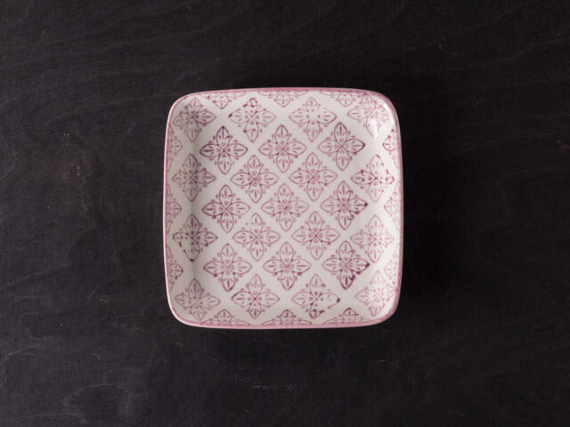IB Laursen Teller weiß, lila Casablanca Blumen Muster Keramik eckig