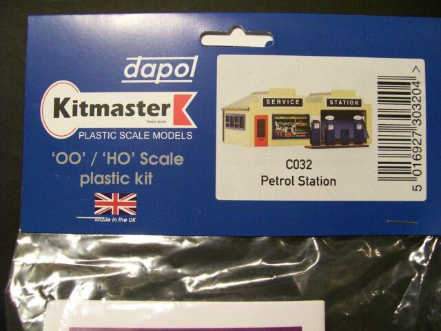 C032 DAPOL KITMASTER PETROL STATION KIT FOR 00 MODEL RAIL, UNPAINTED